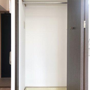 洗濯機置き場には、扉がついていて生活感を無くしてくれています。