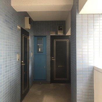 エレベーターを降りて左側のお部屋になります。
