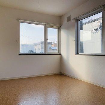 玄関前の洋室。2面窓で南西向き◎