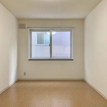 キッチン後ろの洋室。ホワイトナチュラル