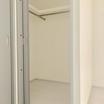 ウォークインクローゼットでたっぷり収納※写真は同階の反転間取り別部屋のものです