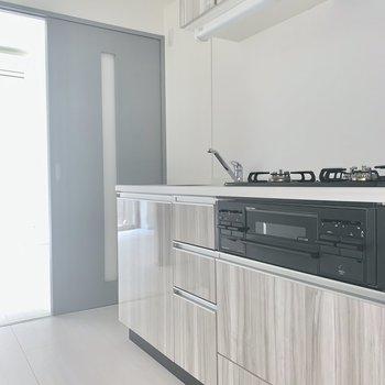 冷蔵庫は奥に置けますね※写真は同階の反転間取り別部屋のものです