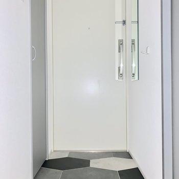 玄関横にはフックと鏡も※写真は同階の反転間取り別部屋のものです