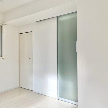 お部屋と廊下とを仕切る扉は、透け感があって綺麗