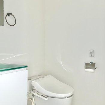 その隣には温水洗浄機付きトイレ※写真はクリーニング・通電前のものです