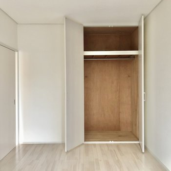 お隣の洋室は6帖と大きなベッドも置けます。