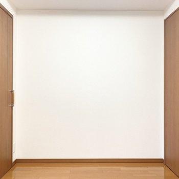 【洋室4.8帖】こちらのお部屋は食事のスペースにしようかな。