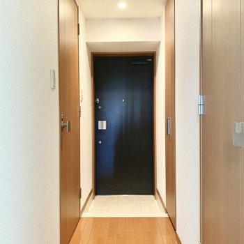 右側扉はシューズBOX。玄関はスッキリとしています。