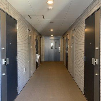 お部屋はエレベーターのすぐ近く。ゆとりのある共用部です。