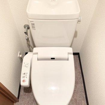 上部には掃除用品を仕舞うのに便利な棚付き。