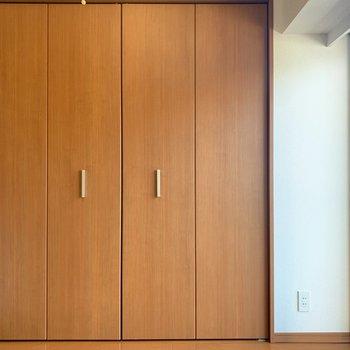 【洋室4.0帖】天井いっぱいまで収納できるクローゼット。