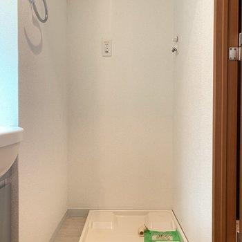 洗濯機置場は洗面台のお隣。