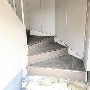 【共用部】オートロックをくぐってすぐ、螺旋階段でお部屋へ上がります。