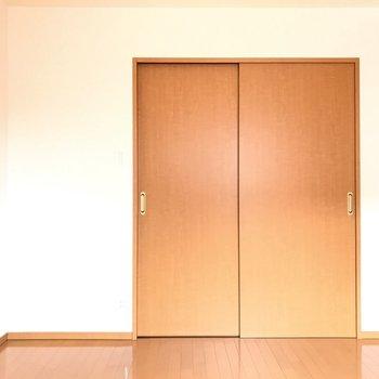 【洋室ひとり暮らしならゆったりと、ふたり暮らしなら仲良く並んでくつろげます。