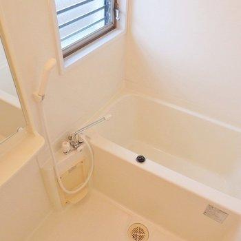 お風呂は窓付きシンプルなデザイン!(※写真は5階の反転間取り別部屋のものです)
