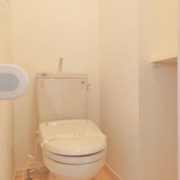 トイレには収納棚あり!(※写真は5階の反転間取り別部屋のものです)