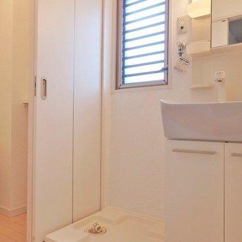 窓付きの脱衣所。洗濯機置き場もクリーンに。(※写真は5階の反転間取り別部屋のものです)