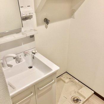 洗面台横に洗濯機置場。