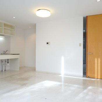 窓側から見ると、右側に玄関へのドア、左手にキッチンがあります。 (※写真はクリーニング前のものです。)