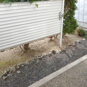 庭のようなベランダ。 右側がお隣さんとオープンになっています。
