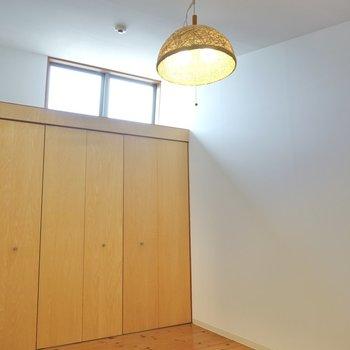 【洋7.5】こちらは天井が高く、窓もあって開放感があります。 (※写真はクリーニング前のものです。)