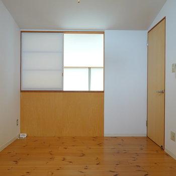 自然素材のベッドフレームを合わせた寝室にしたい。 吹き抜け側には障子の窓があり… (※写真はクリーニング前のものです。)