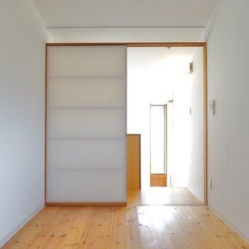 しかも2階の床はなんと無垢床。 光を気持ち良く反射してくれています。 (※写真はクリーニング前のものです。)