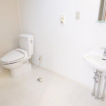 まずは洗面台とトイレが。その間に洗濯機が置けます。 (※写真はクリーニング前のものです。)