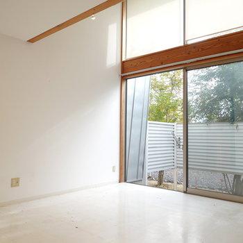 南側に向けて大きく開け放たれた窓。 光が白い塗り壁と木材の空間によく映えます。 (※写真はクリーニング前のものです。)