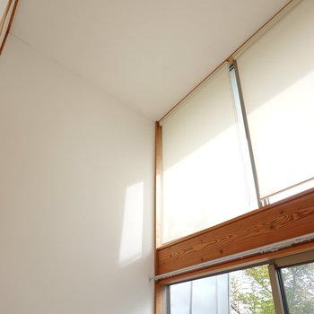 吹き抜けの天井の高さが気持ち良い…! (※写真はクリーニング前のものです。)