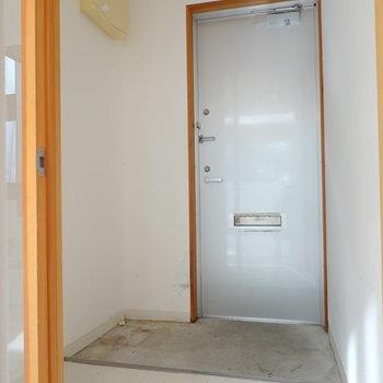何もない、シンプルな玄関。 木材の靴箱か、シンプルなフレームタイプの靴箱が合うかも。 (※写真はクリーニング前のものです。)