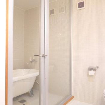 そして左を向くとガラス張りのバスルームが…! (※写真はクリーニング前のものです。)