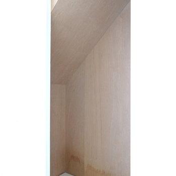 階段下に収納アリ。 高さがあるので意外とたっぷり入りそう。 (※写真はクリーニング前のものです。)