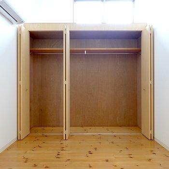 奥の壁一面がクローゼット。 今使っているモノからオフシーズンの洋服まで収納してくれそう。 (※写真はクリーニング前のものです。)