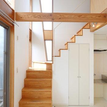 お次は2階へ。 明るい木材の階段を上がっていきます。 (※写真はクリーニング前のものです。)