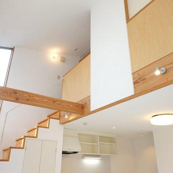 2階もあるみたいですね。 ニュッとせり出した木材の梁にもデザイン性を感じる。 (※写真はクリーニング前のものです。)