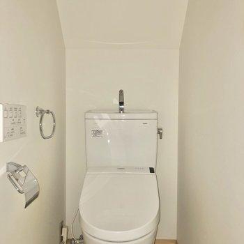 赤いドアの手前にはトイレがあります。※写真はフラッシュを使用して撮影しています