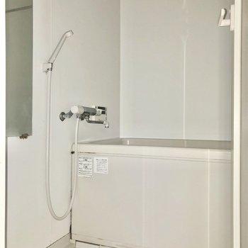 お風呂には浴室乾燥機付きです。※写真はフラッシュを使用して撮影しています