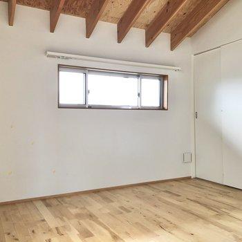 【洋室】小窓の下にベッドを置こうかな。