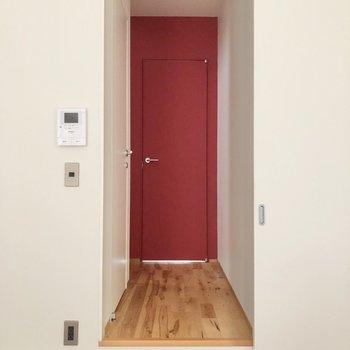 【LDK】ドアの先にある真っ赤なドア。気になりますね〜。