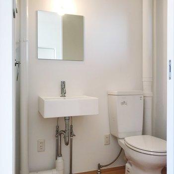 洗面台とトイレはお隣さん。※写真はクリーニング前のものです