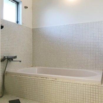 タイルがキュートなお風呂。小窓付きなのも嬉しい。※写真はクリーニング前のものです