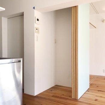 冷蔵庫はこちらに。仕切りがあり空間にメリハリができますね。※写真はクリーニング前のものです