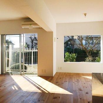 2つの大きな窓からたっぷりと光を取り込みます。※写真はクリーニング前のものです