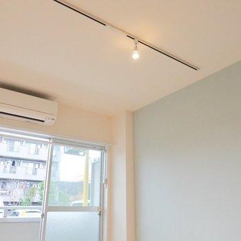 天井にはライティングレールが。