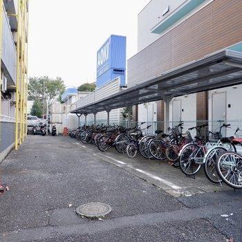 駐輪場は建物の西側に。