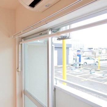 窓の側で洗濯物を干すことも可能。