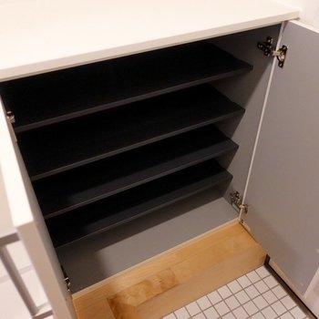 シューズボックスは5段ほどあります。横幅も十分。