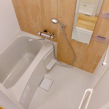 浴室にも木目調をあしらっています。ゆっくりリラックスできそうです。
