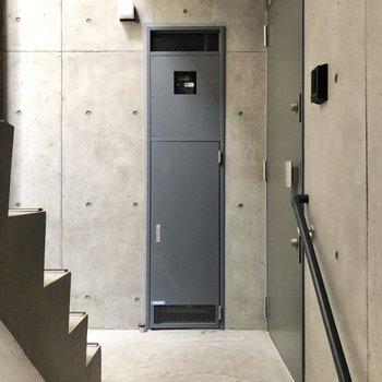 こちらがお部屋の玄関前。